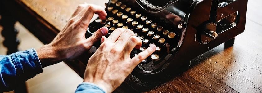 Trainee schreibt ein Anschreiben