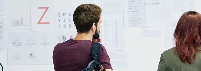 Trainees arbeiten zusammen an einem Projekt